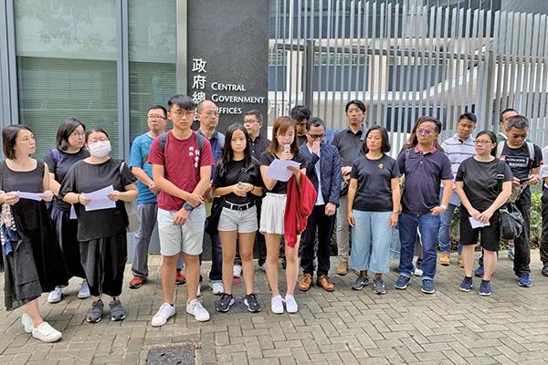 多家教育團體及學生代表敦促教育局長楊潤雄盡責求公義,公開譴責並幫助制止警方濫權。(駱亞/大紀元)