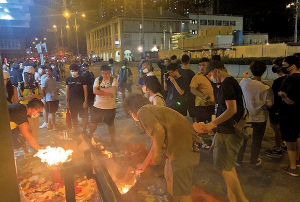 【圖片新聞】深水埗祈福晚會 警狂射大量催淚彈