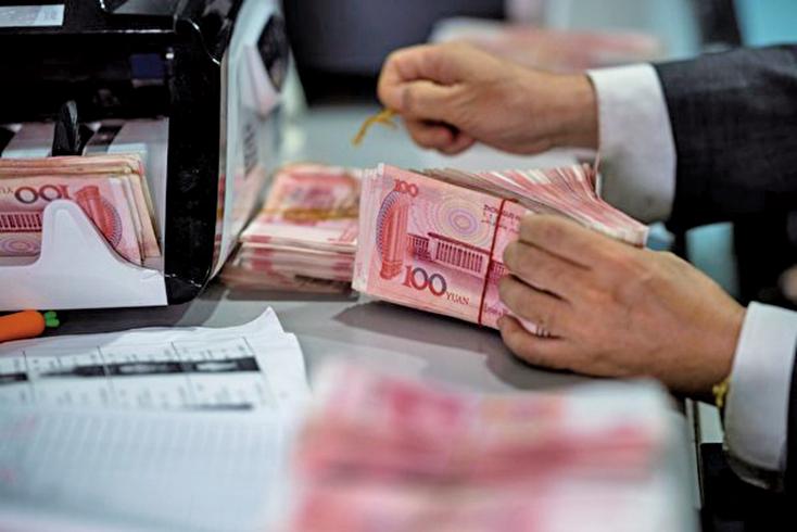 人民幣連續幾個交易日跌破7人民幣兌換1美元,有財經刊物認為人民幣破7已成定局。圖為示意照。 (AFP)