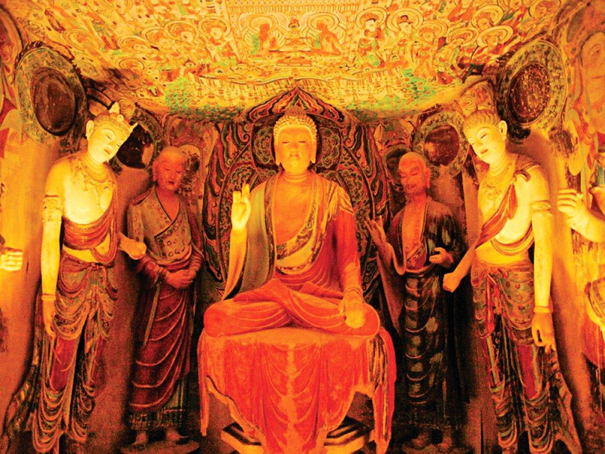 中央是主尊釋迦牟尼佛,在佛正後方的兩座雕像,一位是他的弟子阿難,一位是迦葉。 (大紀元資料室)