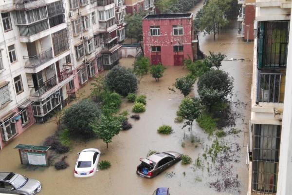 暴雨造成多個城市內澇,有評論稱下水道等城市基礎設施不足。圖為2016年7月2日,武漢城區遭受強暴雨襲擊,江夏文化路附近的一小區成澤國。(大紀元資料室)