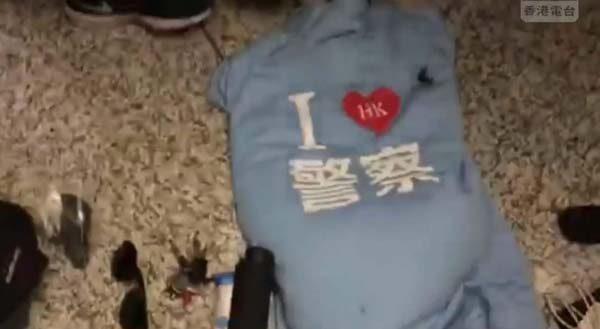 付國豪背包內搜到的「我愛警察」藍衣。(影片截圖)