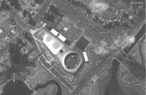 Maxar公司8月12日取得的影像顯示,大約500輛中共武警部隊的裝甲人員運兵車和其它車輛,停在深圳灣體育中心。(Maxar)