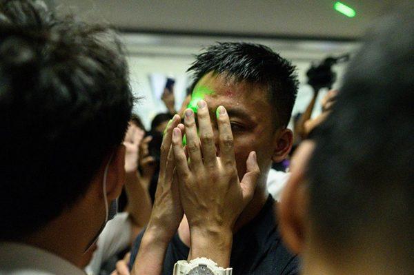 其中一名男子被指是深圳市公安局福田分局的輔警徐錦煬。(PHILIP FONG/AFP/Getty Images)