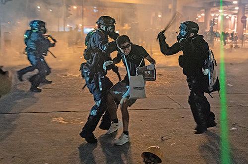 8月5日晚,黃大仙區,警方在龍翔道發射催淚彈驅散示威者及居民。(Anthony Kwan/Getty Images)
