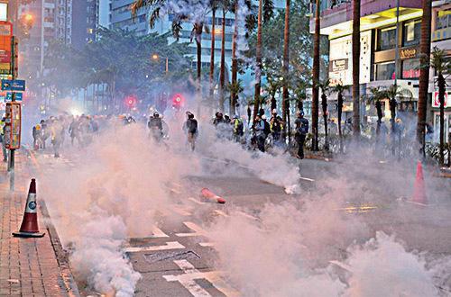8月11日晚,警察在灣仔發射催淚彈。(宋碧龍/大紀元)