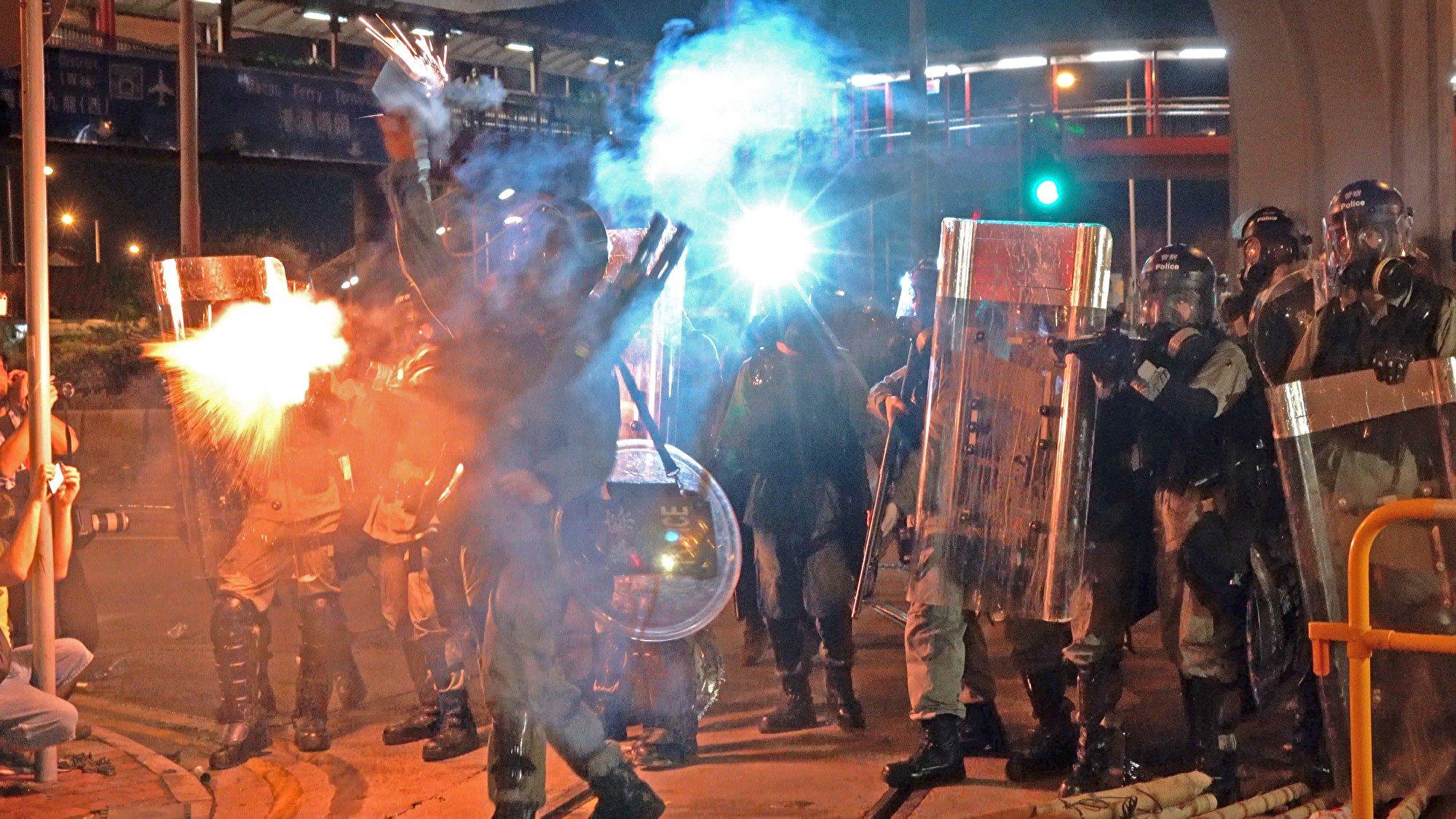 警察過份使用武力是導致民怨沸騰的其中一個原因。圖為7月28日夜,警察狂射催淚彈等驅趕示威者。(李逸/大紀元)