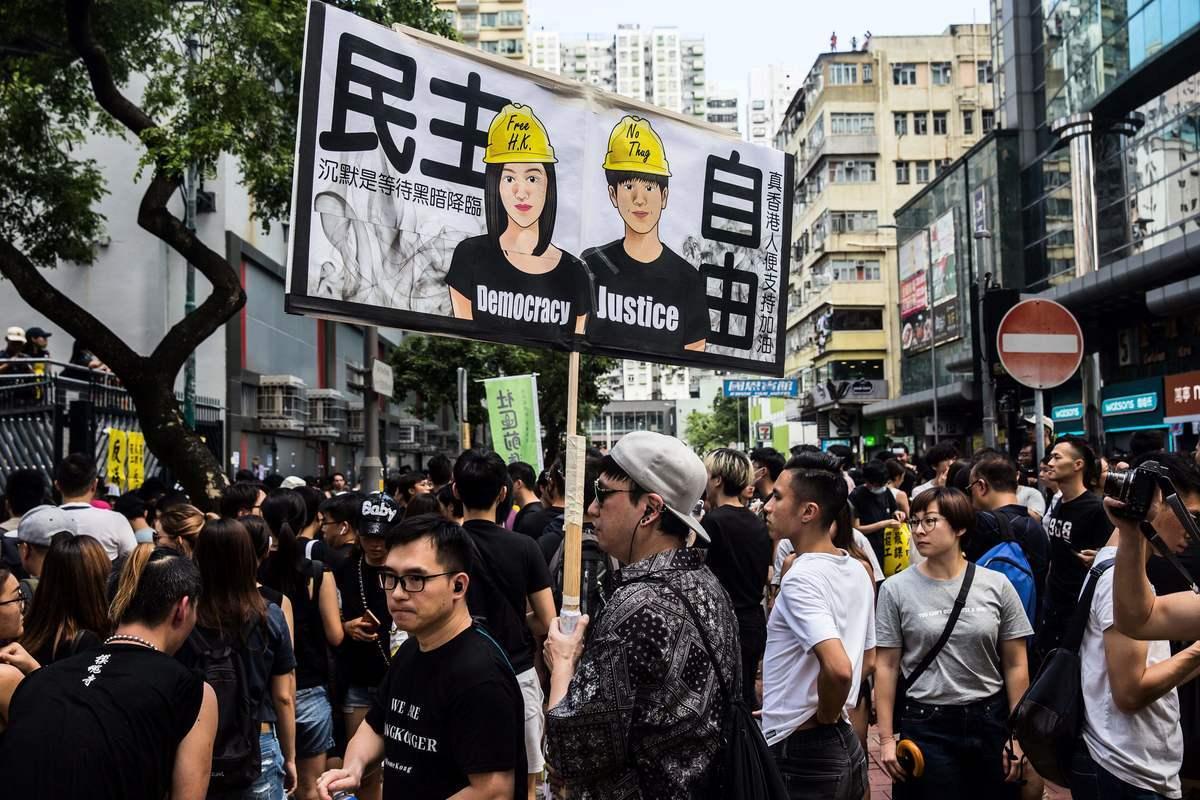 8月5日,香港民間發起罷工、罷課、罷市活動。圖為旺角麥花臣球場聚集抗議的民眾。(ISAAC LAWRENCE/AFP/Getty Images)