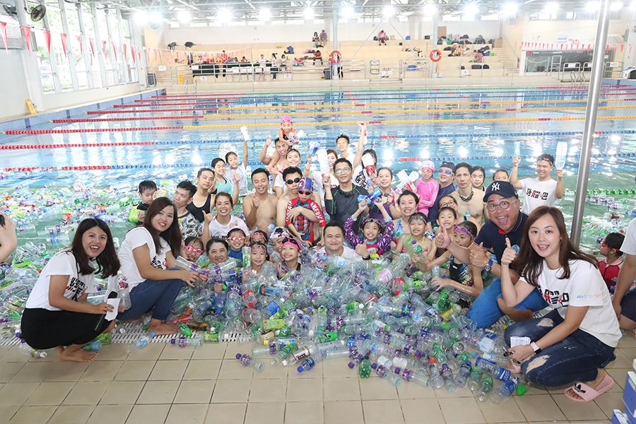 約100位小童、家長及義工參加「絕膠海洋日」活動。(城市女青年商會提供)