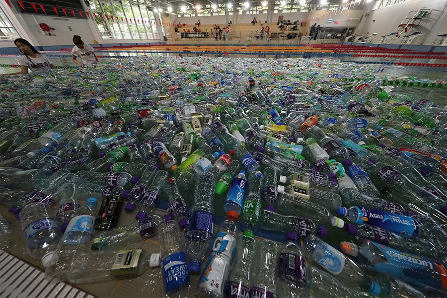 「絕膠吧」籌委會搜集約2,000個膠樽堆滿泳池,希望通過佈滿塑膠樽的海洋,讓小朋友感受塑膠廢料對海洋造成的污染和傷害。(城市女青年商會提供)