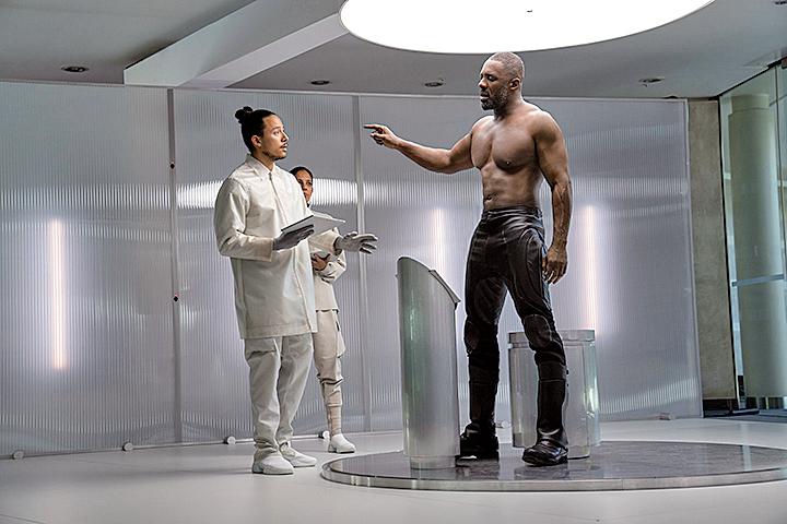 暗黑超人是經過高科技改造的生化戰士,身體素質勝過血肉之軀甚多,因此即使是有頂尖身手的兩位主角,與他的幾次交手都相當狼狽,力量與速度均處下風。
