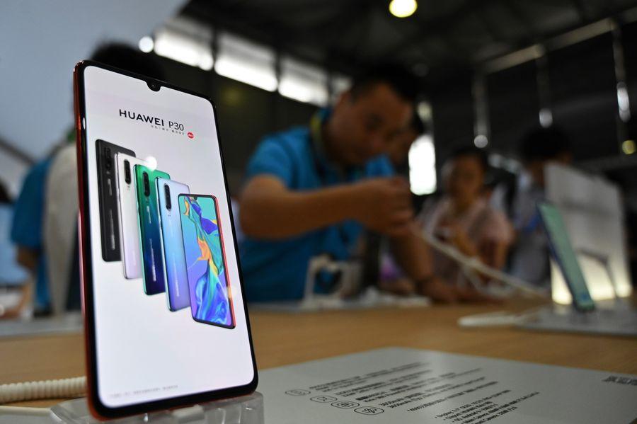 華為手機繁體版把台灣標註為「國家」引發砲轟。(HECTOR RETAMAL/AFP)