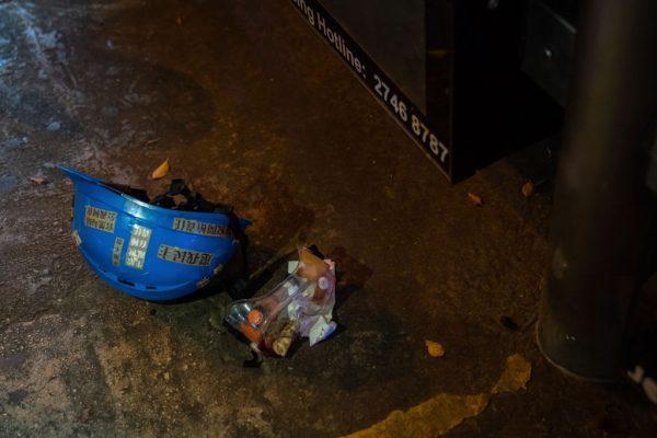 2019年8月11日晚間,香港尖沙咀地區一名少女被防暴警察射中眼部後,掉落在地面的護目鏡和頭盔,可見布袋彈仍嵌在眼罩中。(Billy H.C. Kwok/Getty Images)