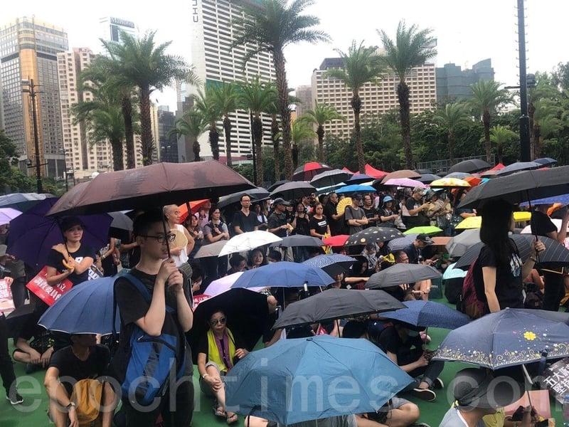 2019年8月18日,現場下雨,參加集會的不少民眾都帶備雨傘。(梁珍/大紀元)