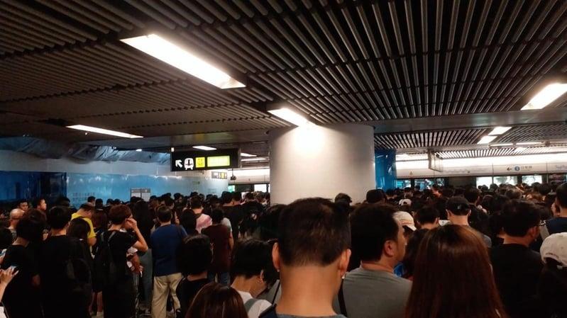 2019年8月18日,金鐘地鐵站已經擠滿前往維園的民眾。(讀者提供)