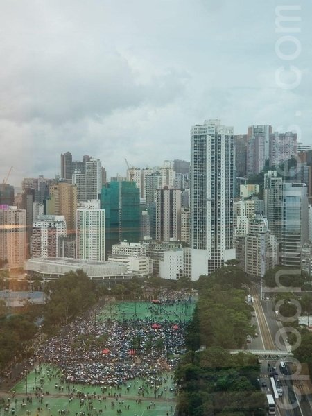 2019年8月18日,高空所見,在大約下午1時40分,民眾已坐滿近兩個足球場。(李曉彤/大紀元)