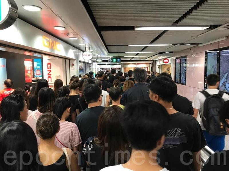 2019年8月18日,地鐵銅鑼灣站F出口擠滿前往維園的民眾。(王文君/大紀元)