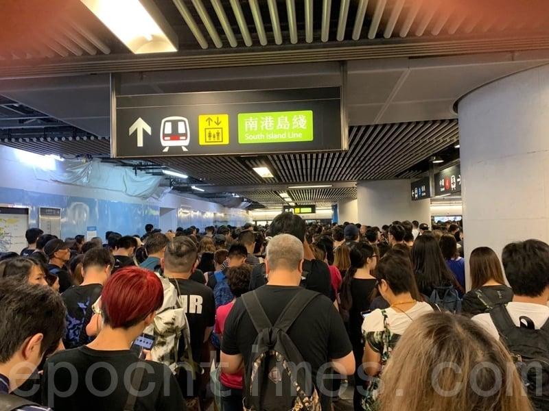 2019年8月18日,地鐵金鐘站擠滿人,大量民眾等候乘搭港島線到維園鄰近的銅鑼灣或天后站。(駱亞/大紀元)