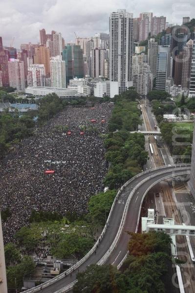 2019年8月18日下午,由高空所見,接近下午3時,在維園已逼滿參加集會的民眾。(李曉彤/大紀元)