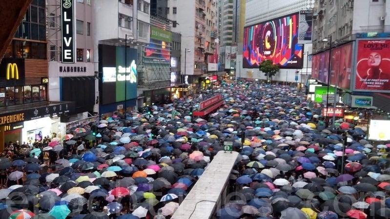 2019年8月18日下午,集會人士已迫滿崇光百貨對出的軒尼詩道行車線。(勤智/大紀元)