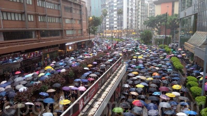 2019年8月18日下午,在軒尼詩道,兩邊的行車線分別被前往維園集會,和離開維園「流水式集會」的民眾佔據。(勤智/大紀元)