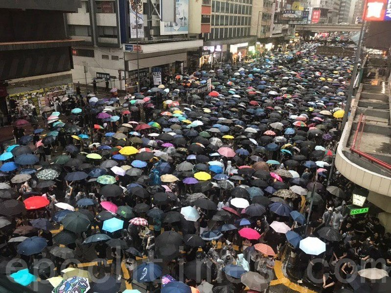 2019年8月18日下午,在軒尼詩道迫滿「流水式集會」的民眾。(勤智/大紀元)