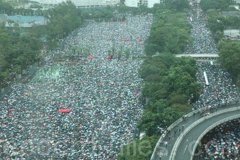 2019年8月18日下午,高空所見,「流水式集會」已超過45分鐘,在維園內和附近的街道都擠滿民眾。(黃曉翔/大紀元)