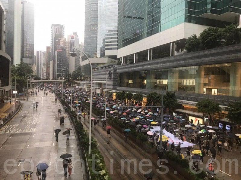 2019年8月18日下午,部份「流水式集會」的民眾抵達金鐘。(張潔/大紀元)