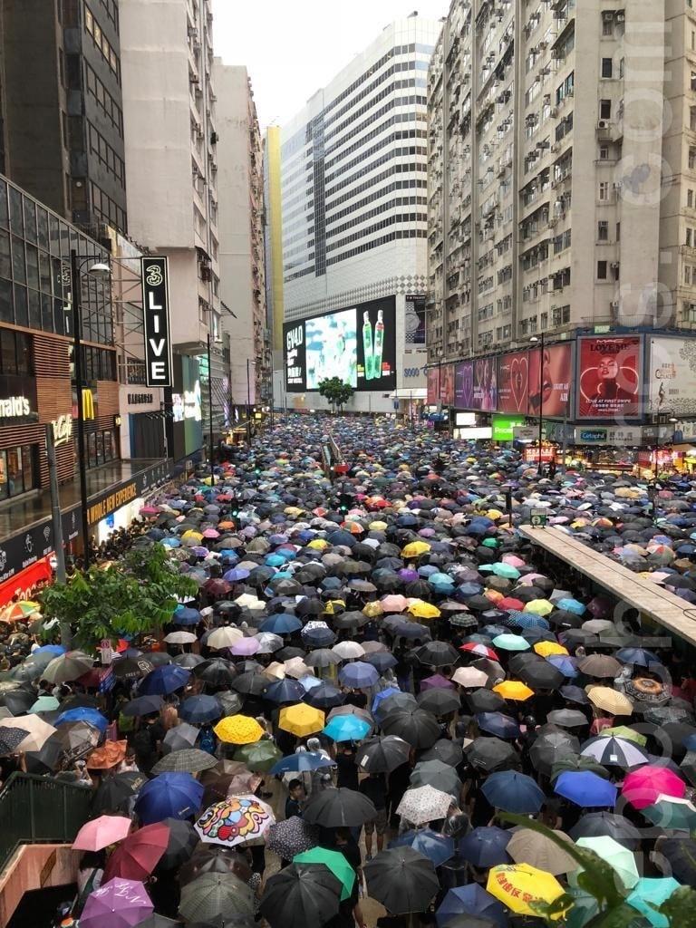 2019年8月18日下午,「流水式集會」開始近一小時,軒尼詩道繼續迫滿民眾。(勤智/大紀元)