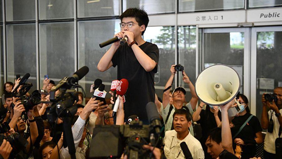 8月17日,黃之鋒對美媒表示,香港可能會重演六四,呼籲世界領導人支持香港民眾,與他們站在一起。圖為黃之鋒證香港立法會前向民眾喊話。(Carl Court/Getty Images)