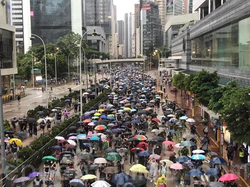 2019年8月18日下午,民眾陸續抵達金鐘。(王文君/大紀元)