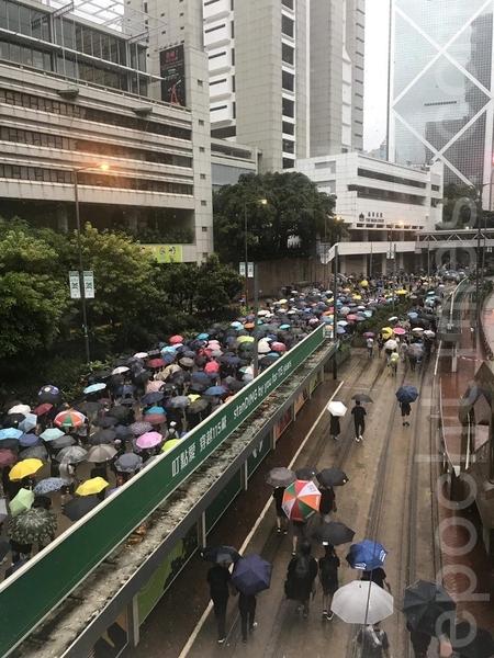 2019年8月18日下午,民眾陸續抵達金鐘。(張潔/大紀元)