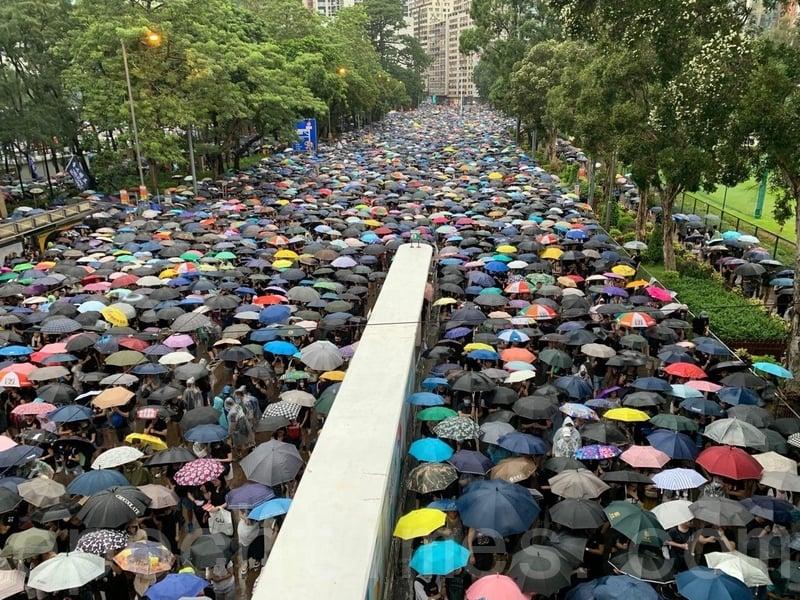 下午5時,大量市民繼續沿大小道路緩慢前往維園,同一時間繼續由維園離開。(駱亞/大紀元)