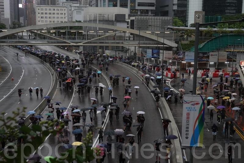 在金鐘夏愨道,東西行線都有示威者在行走。(余鋼/大紀元)