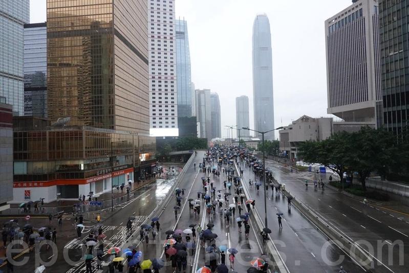 中共駐軍總部外,有市民站在天橋喊「後果自負」口號,回應中共軍隊對香港的恐嚇之詞。(余鋼/大紀元)