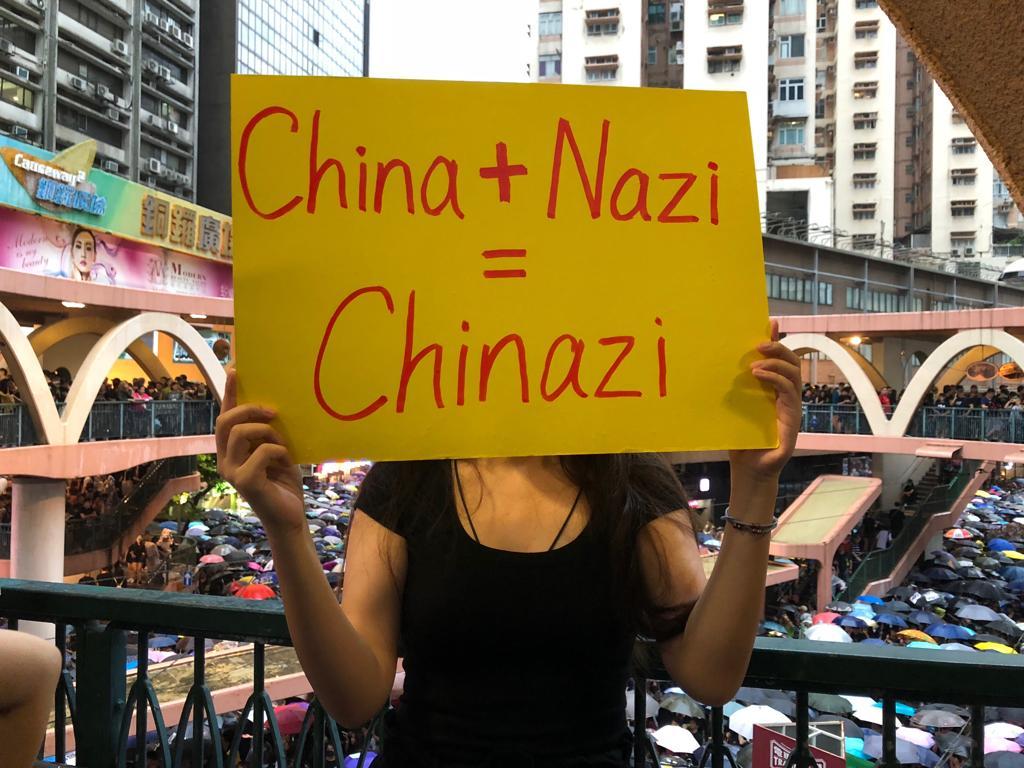 參加8.18集會遊行的翁小姐表示,中共實施種族滅絕,罪行等同納粹。(葉依帆/大紀元)