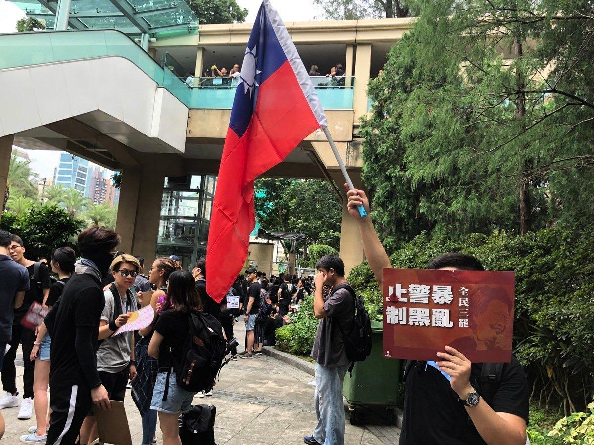 參加8.18維園集會的鐘先生手持中華民國國旗,他表示,「反送中」的真正意義是反對中共。(葉依帆/大紀元)