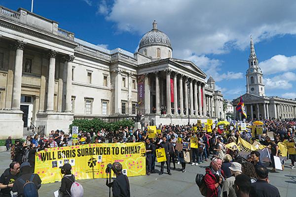 數百人在倫敦特拉法加廣場舉行遊行集會聲援香港人,他們高舉「同舟共濟」、「守護香港」、「香港人加油」等標語牌,高叫「反對警察暴力」及「香港自由」等口號。(唐詩韻/大紀元)
