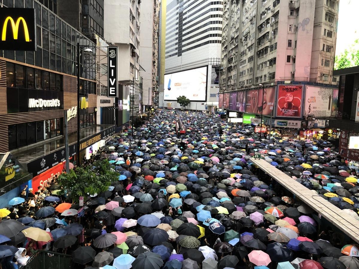 8月18日170萬人維園集會冒雨遊行,場面壯觀感人。(葉依帆/大紀元)