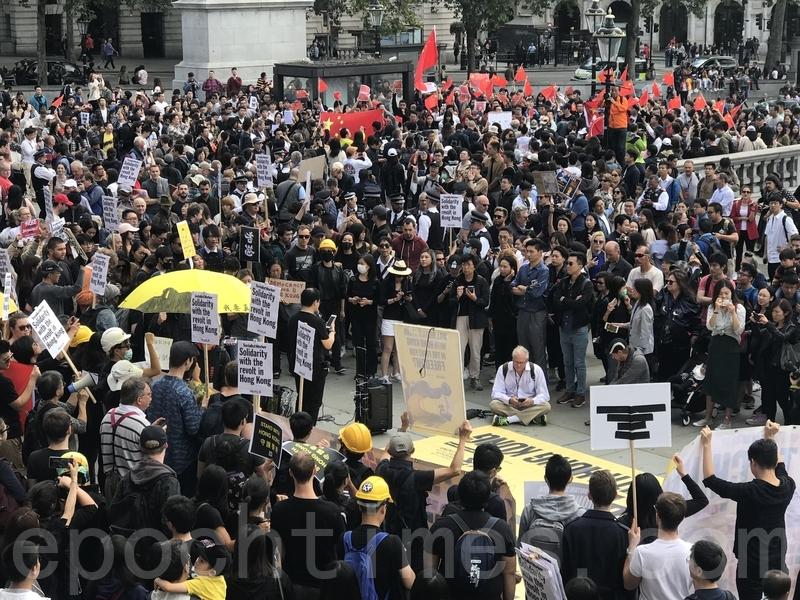 8月17日,英國倫敦聲援香港遊行活動期間現大批中國青年打著中共血旗及舉起挑釁性標語「踩場」。(唐詩韻/大紀元)