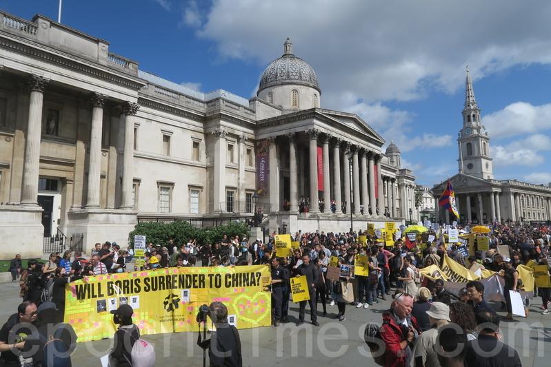 8月17日,倫敦遊行在當地時間下午1時由特拉法加廣場出發,途經唐寧街十號,於國會廣場 結束。(唐詩韻/大紀元)