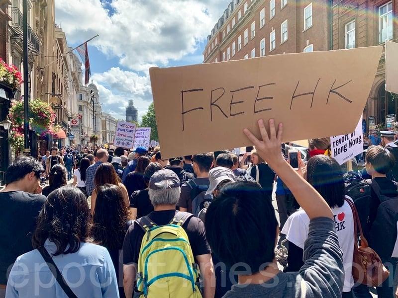 英國倫敦在當地時間週六(8月17日)中午舉行聲援香港遊行,反對暴力,重申「五大訴求」。(唐詩韻/大紀元)