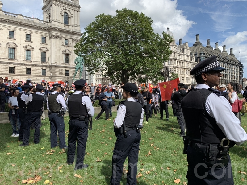 整個聲援香港活動期間,英國警察一直在場分隔開撐共中國青年,不讓他們接近遊行人士。活動於下午3時左右結束,遊行人士在警方的保護下和平散去。(唐詩韻/大紀元)