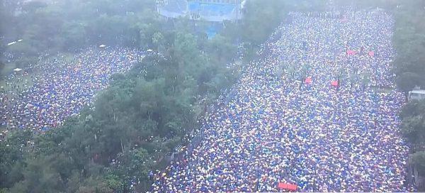港人冒雨集會的壯觀場面。(推特圖片)