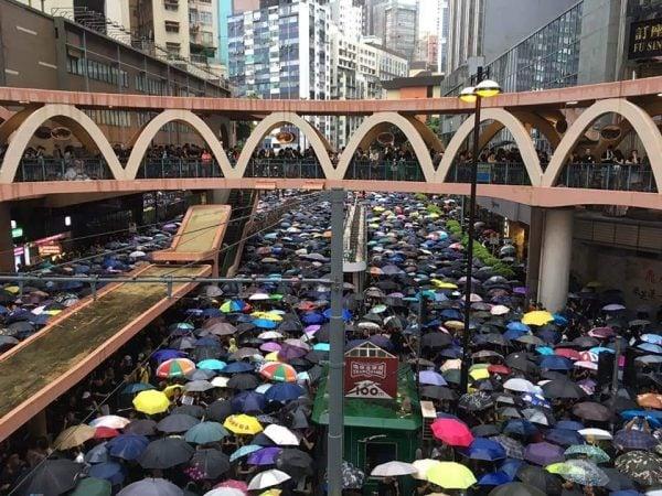 港人冒雨遊行的壯觀場面。(推特圖片)