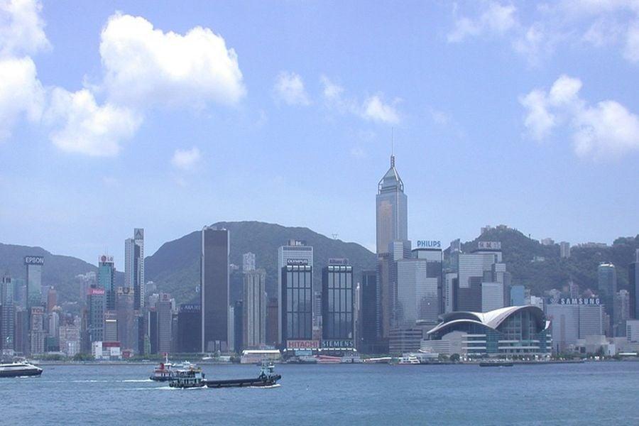 香港會展中心建於爐峰山下,灣仔海邊,如特大石龜張開大口,對著維多利亞港狂吸香港的財富。(pixabay)