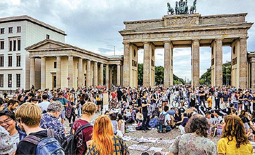 8月17日,旅德香港僑民和留學生在柏林著名的勃蘭登堡門廣場集會,聲援香港民眾反送中運動。(張清颻/大紀元)
