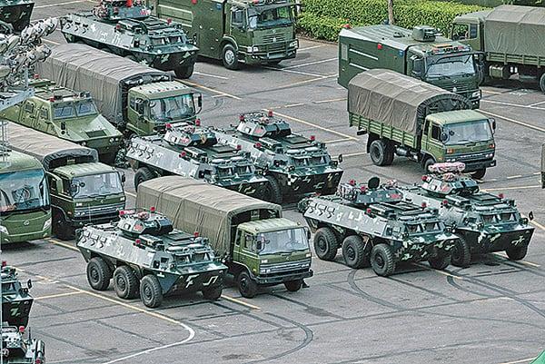 中共軍人和軍車近期在深圳集結,對香港擺出「磨刀霍霍」的架勢。(Getty Images)