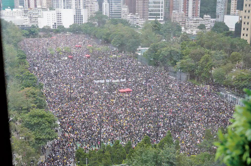8月18日,風雨中,170萬人流水式逼爆維多利亞公園和銅鑼灣、天后一帶,和平理性地重申「反送中」五大訴求。(孫青天/大紀元)