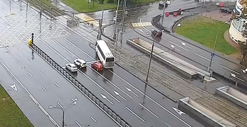 一輛載有中國遊客的巴士,18日在俄羅斯莫斯科發生車禍,撞上路邊的電線杆。(影片截圖)